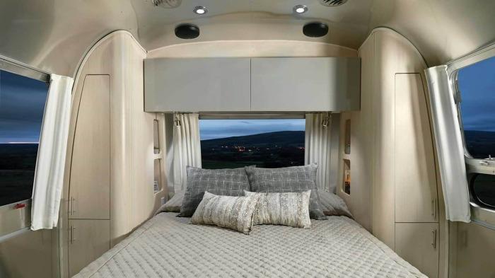 Главная спальня светлая и просторная, как для подобного вида жилья (Airstream Flying Cloud 30FB Office). | Фото: autonocion.com.