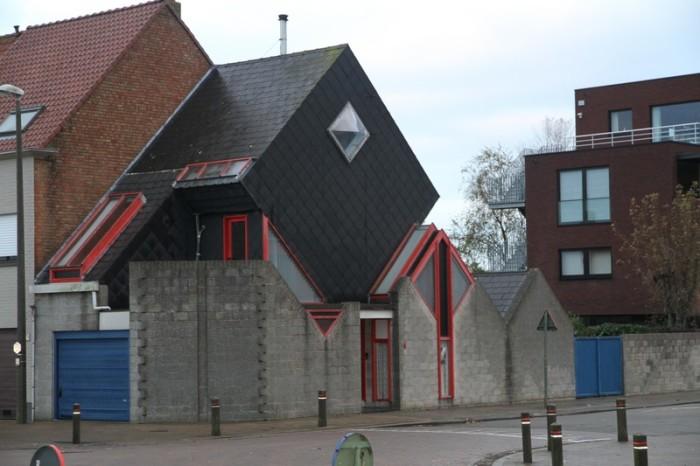 Кубические формы – предел мечтаний любителя геометрических фигур («Ugly Belgian Houses»). | Фото: nieuwsbredene.be.