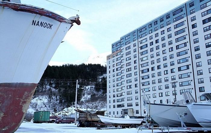 Странное соседство единственного жилого дома в городе (Whittier, Аляска). | Фото: nash-nyc.com.