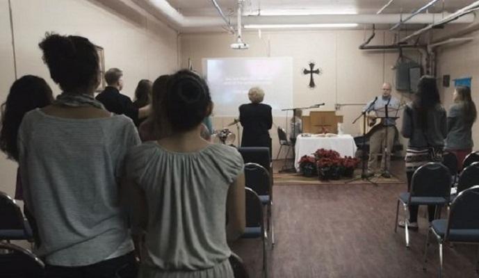 Церковь находится в доме, где живут все прихожане (Whittier, Аляска). | Фото: nash-nyc.com.