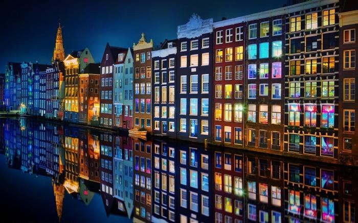 Особенно впечатляют окна в темное время суток, когда зажигается свет внутри жилищ. | Фото: pinterest.com.au.