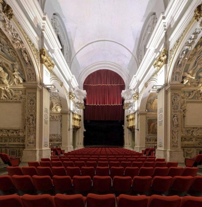 Начиная с 1987 г. в церкви San Filippo не только люди, но и ангелы с потолка смотрят пьесы и слышат аплодисменты. | Фото: ortodossiatorino.net.