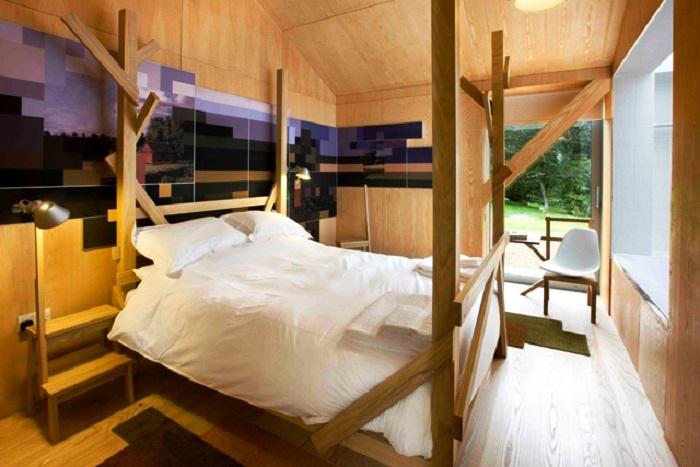 Интерьер спальни сделан только из природных материалов («Balancing Barn»).