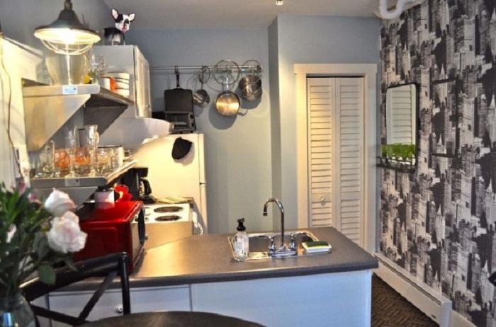 Благоустроенная кухня в мини-коттедже Bird House (США). | Фото: tinyhousetalk.com.
