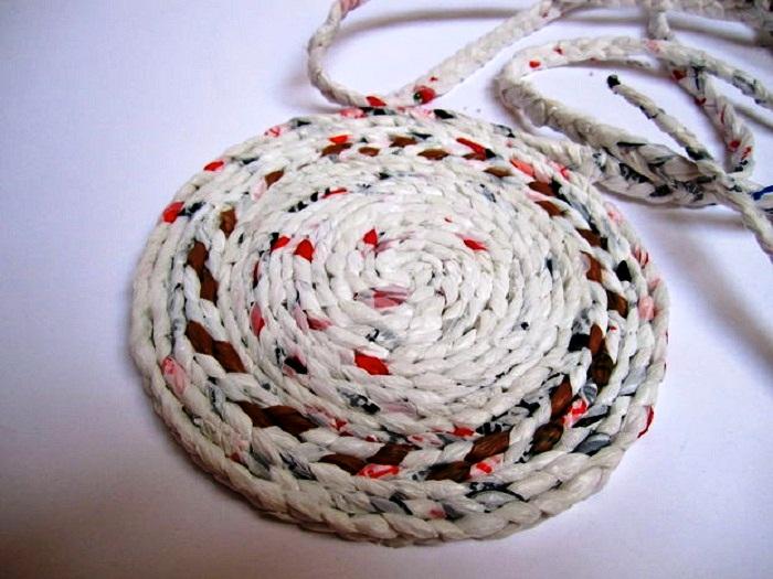 Дно формируем по спирали, скручивая косичку из полиэтиленовых пакетов в виде улитки. | Фото: fairy-hobby.ru.