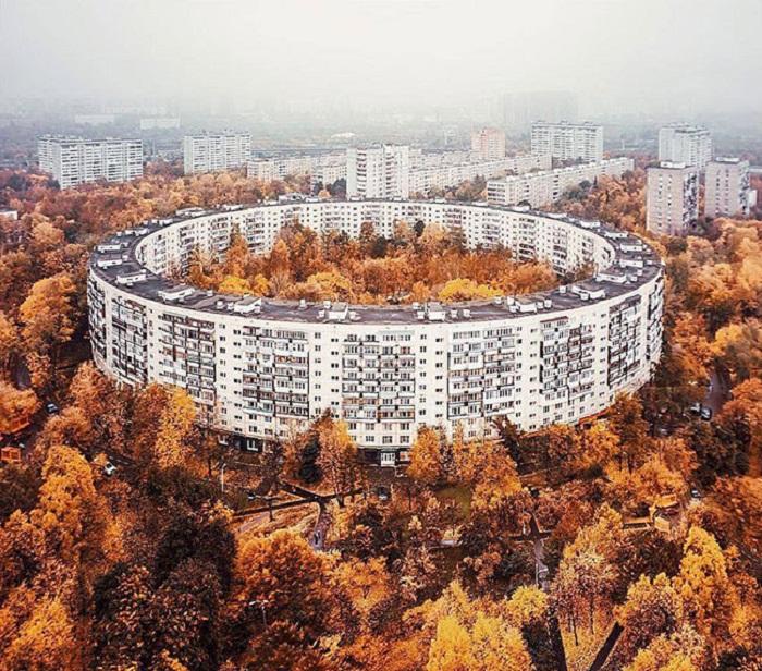 Такая форма здания, стала оригинальным архитектурным украшением города.