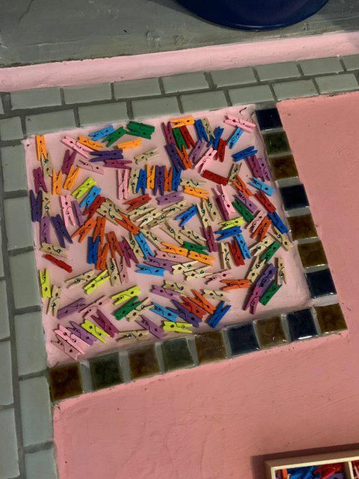 Разноцветные прищепки тоже могут вдохновить на создание необычной композиции. | Фото: storytrender.com.