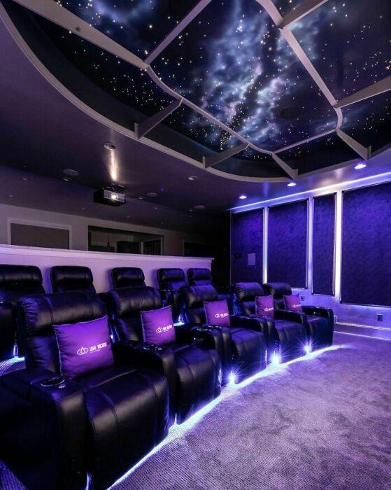 Эпический интерьер домашнего кинотеатра настроит на нужную волну зрителей. | Фото: boredpanda.com.