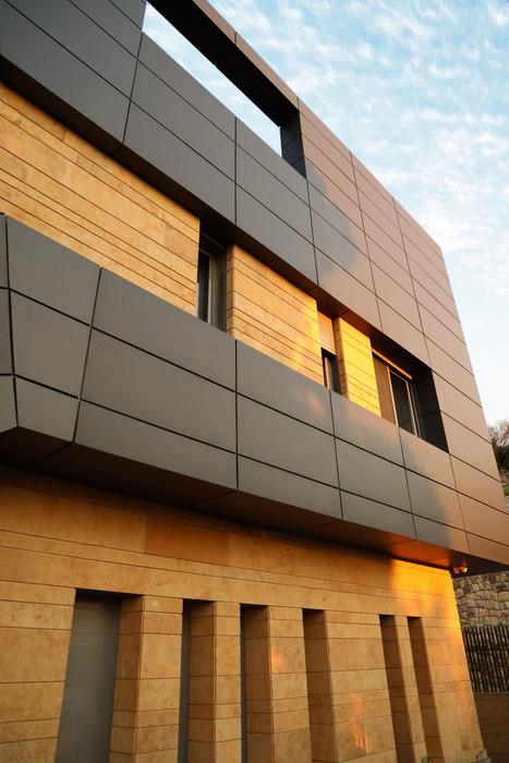 Фасад облицован натуральным деревом и композитными материалами (CH730 Villa, Chnaniir). | Фото: admiddleeast.com.