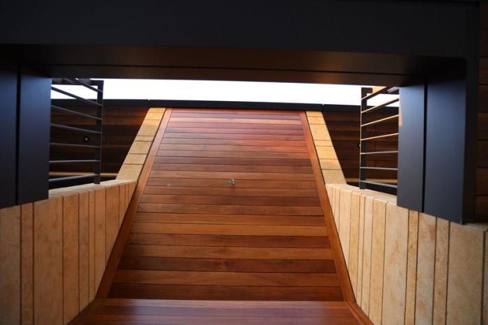 Несколько переходов соединяет уровни и этажи сооружения (CH730 Villa, Ливан). | Фото: admiddleeast.com.