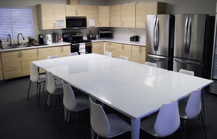 Прекрасно оборудованный обеденный зал рассчитан на всех проживающих в коммуне («Bridge Housing Community», США). | Фото: california.comcast.com.