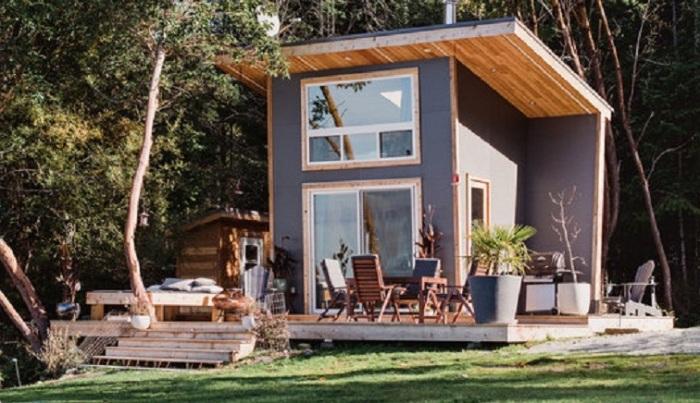 Дом установили на большой деревянной площадке, которая одновременно служит и открытой террасой и крыльцом (Galiano 100, Ванкувер). | Фото: trimstudio.ca.