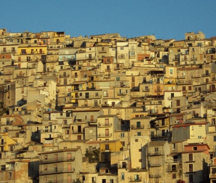 Чтобы спасти старые районы города, дома решили отдавать даром (Каммарата, Италия). | Фото: magaze.it.