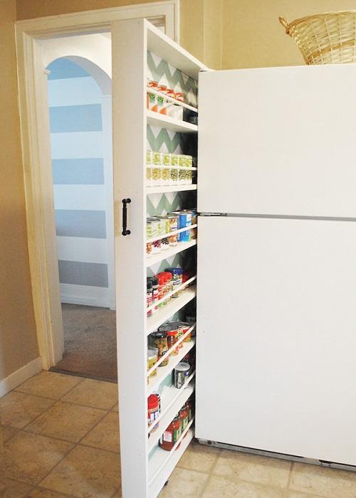 Используйте пространство между холодильником.