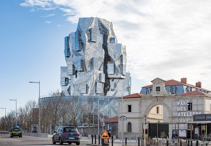 Новый Центр искусств Luma Arles идеально вписывается в городской ландшафт (Франция). | Фото: dezeen.com.