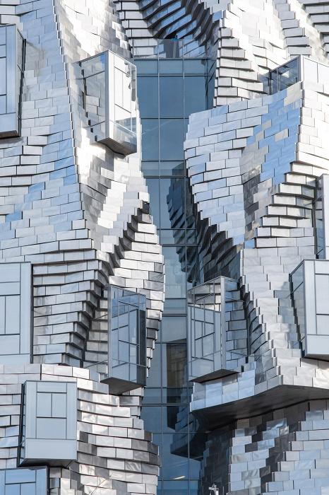 Бетонная конструкция, облаченная в алюминиевые панели, выглядит впечатляюще (Luma Arles, Франция). | Фото: dezeen.com.