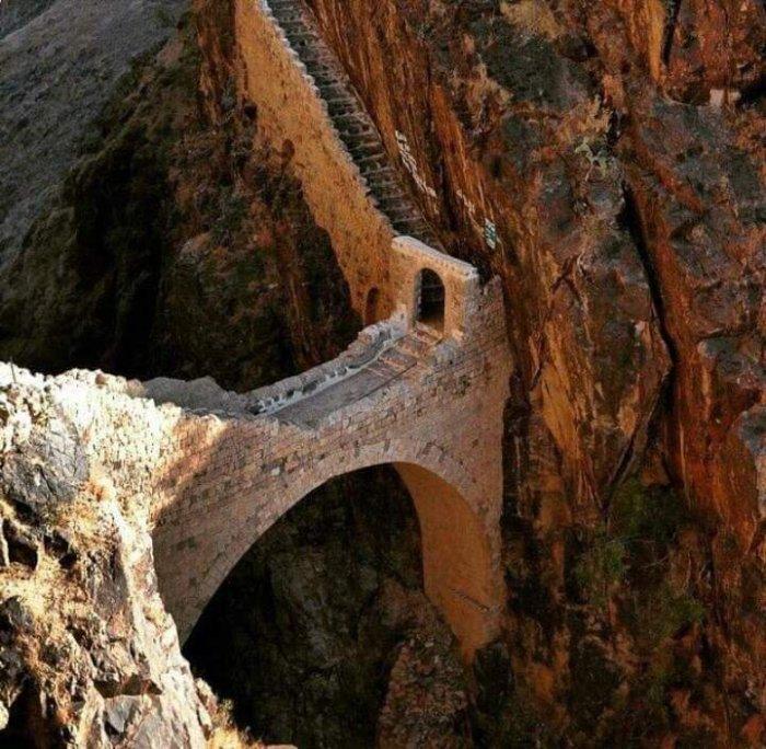 Местные жители утверждают, что во время опасности этот мост можно уничтожить за пару минут (Йемен). | Фото: yemeneconomist.com.