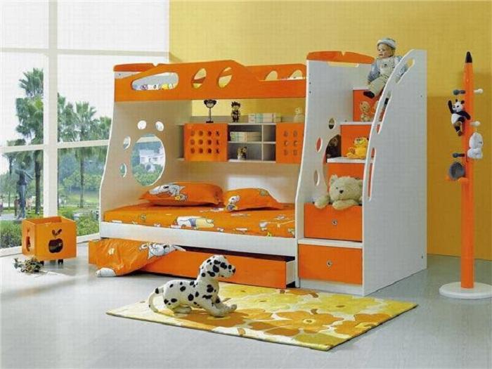 Двухъярусная кровать в интерьере детской.