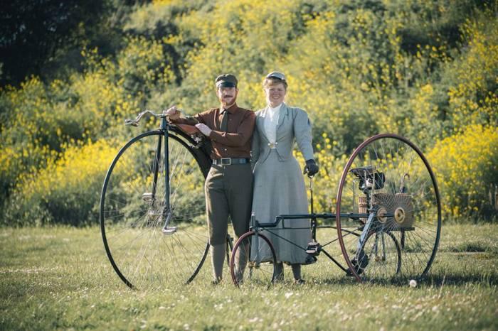 Габриэль и Сара путешествуют и передвигаются по городу на старинных велосипедах. | Фото: homeschoolingteen.com.