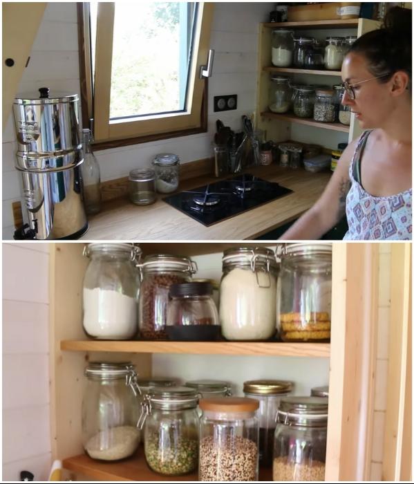 На кухне ребята самостоятельно оборудовали мини-кладовую, в которой все хранится только в стеклянных банках. | Фото: youtube.com/ © Venus Green.