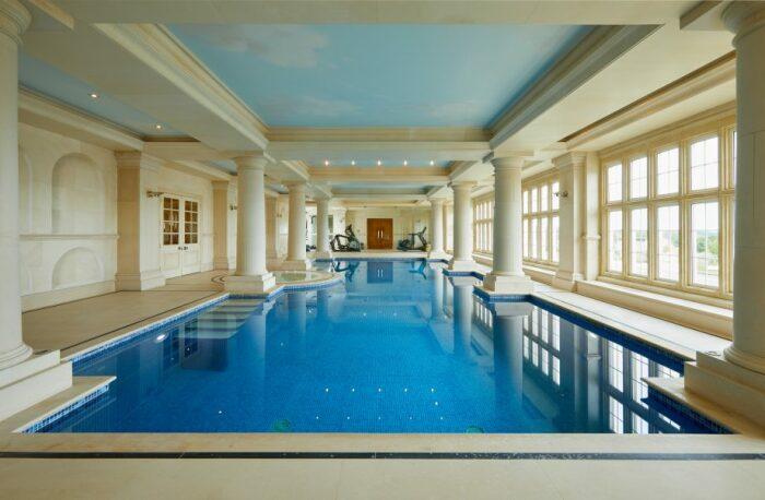 Крытый бассейн с зоной отдыха порадует новых владельцев элитного поместья (Compton Bassett House, Великобритания). | Фото: extravaganzi.com.