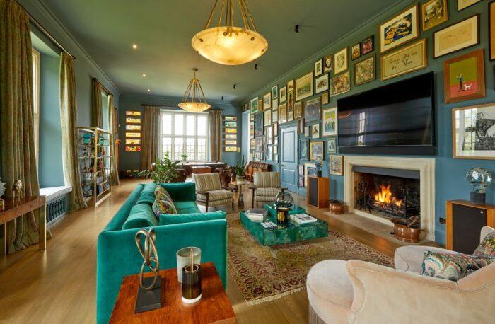 Одна из гостиных в шикарном особняке, выставленном на продажу (Compton Bassett House, Великобритания). | Фото: mansionglobal.com.