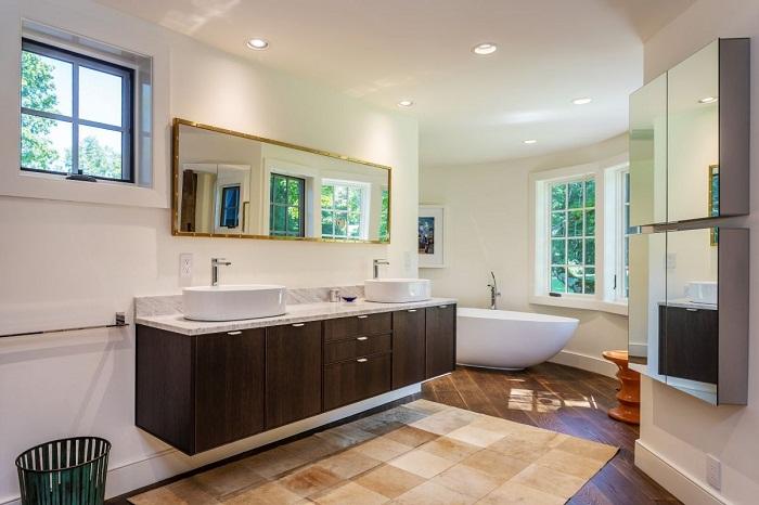 Непривычной формы стены ванной комнаты делают ее более интимной.