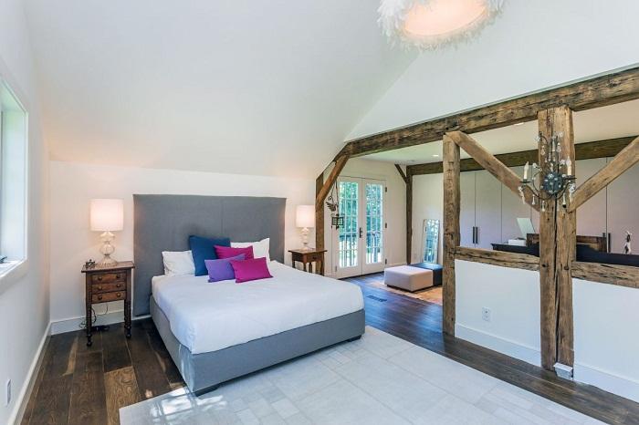 Одна из спален объединена с гостиной.