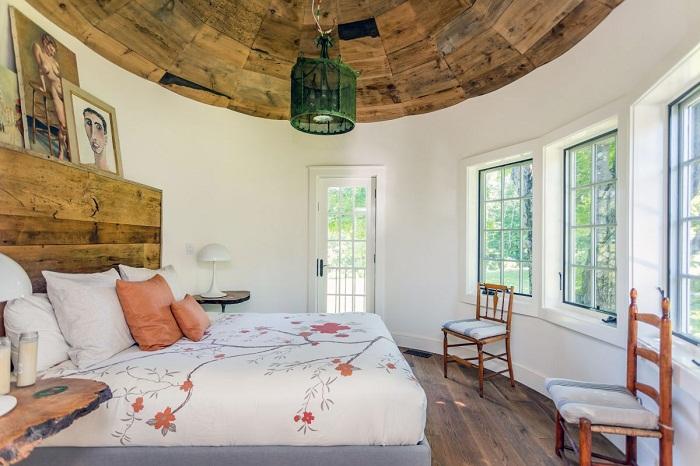 Закругленные стены башни придают спальне особенного мироощущения.