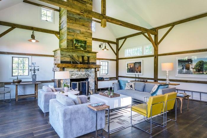 Камин в гостиной создает атмосферу домашнего уюта и тепла.