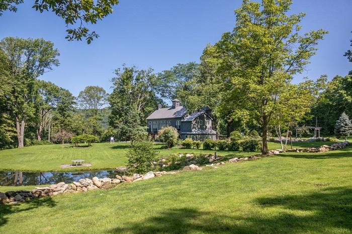 Дом расположен на большом участке, где есть прекрасный пруд и сад.
