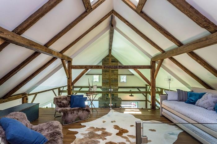 Уютная зона отдыха созданная благодаря перекрытию над кухней.