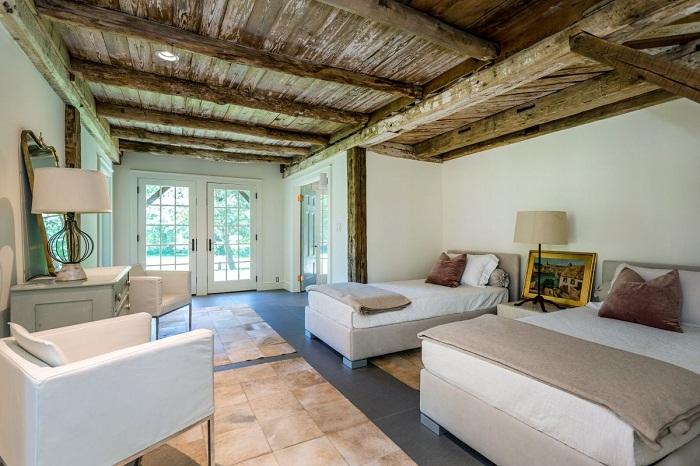 Выбеленные стены, массивное дерево и современная мебель создают особый баланс между деревенским и минималистским стилями.