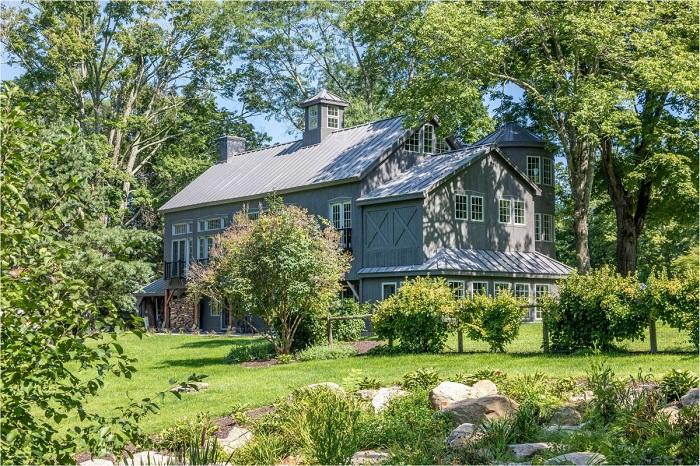 Амбар превратился в очаровательный и современный загородный коттедж (Кент, штат Коннектикут, США).