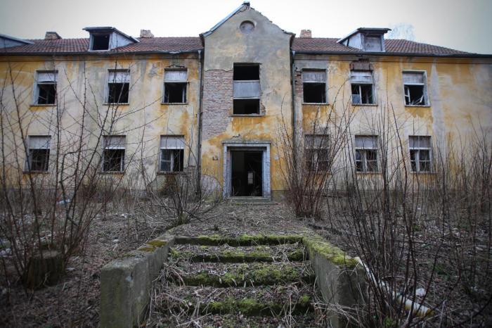Руины общежития для обслуживающего персонала военного городка в Вюнсдорфе (Германия). | Фото: currenttime.tv.
