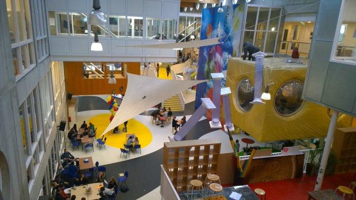 В необычной школе оформлен игровой тематический зал вместо обычных аудиторий (Agora College, Нидерланды). | Фото: twitter.com/ salmanerdc?lang.