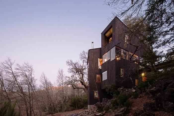Необычная планировка загородного дома La Dacha позволяет любоваться живописными склонами под разным углом обзора. | Фото: archdaily.com.