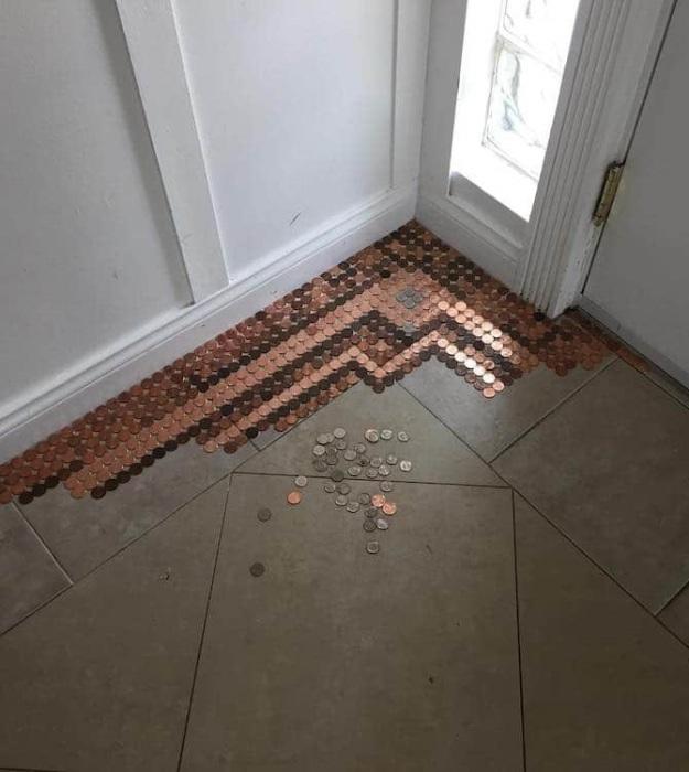 Обычная напольная плитка в прихожей наскучила креативной хозяйке. | Фото: mymodernmet.com.