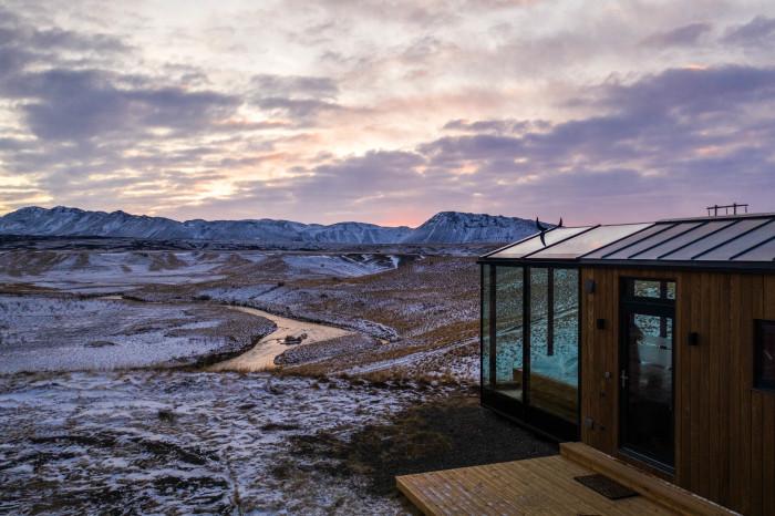 Прозрачный номер «Alva» эко-отеля находится на юге Исландии, в Хелле. | Фото: panoramaglasslodge.com.