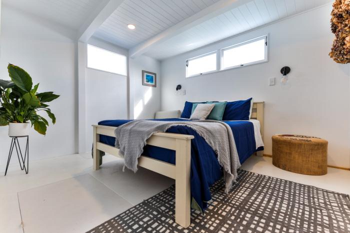 Спальная комната супругов расположена на первом этаже («Blue Turtle», Окленд). | Фото: livingbiginatinyhouse.com.