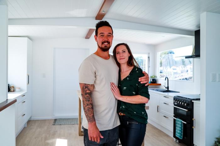 Оливия и Райян собственными руками построили компактный плавучий дом, позволяющий наслаждаться домашним комфортом на водной глади («Blue Turtle», Окленд). | Фото: livingbiginatinyhouse.com.