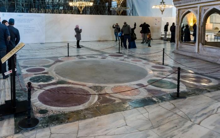 Омфалон — место коронационной церемонии восточно-римских императоров (Софийский собор, Стамбул). | Фото: yarowind.livejournal.com.