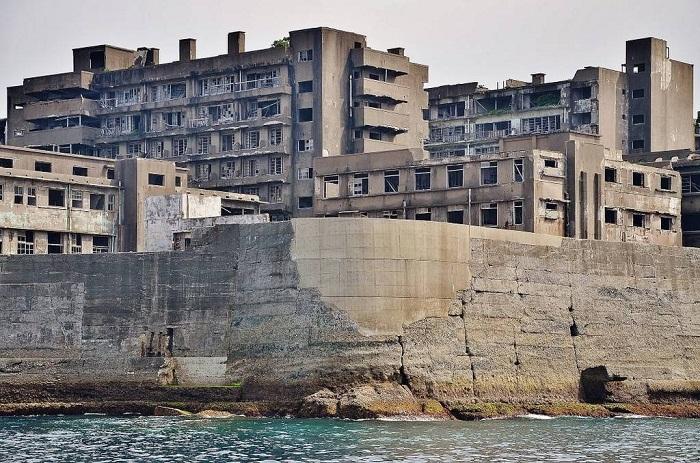 Город постепенно превращается в развалины.