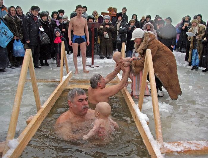 Детей до шести лет погружать в ледяную воду категорически запрещается, даже если они абсолютно здоровы! | Фото: titter.com.