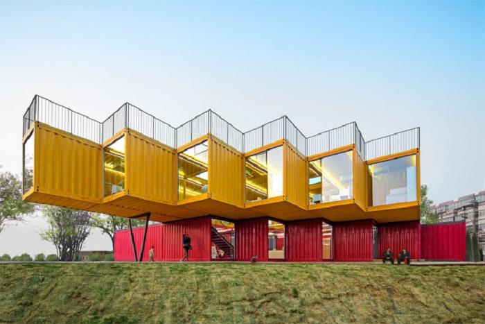 Архитектурное бюро People's Architecture Office использовало 12 грузовых контейнеров в создании офиса для владельца небольшой компании в Китае.