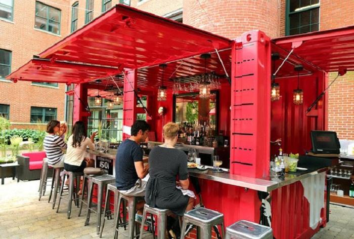 Поднимающиеся боковые стены контейнера создают практичную крышу,  под которой можно комфортно выпить кофе или пообедать.
