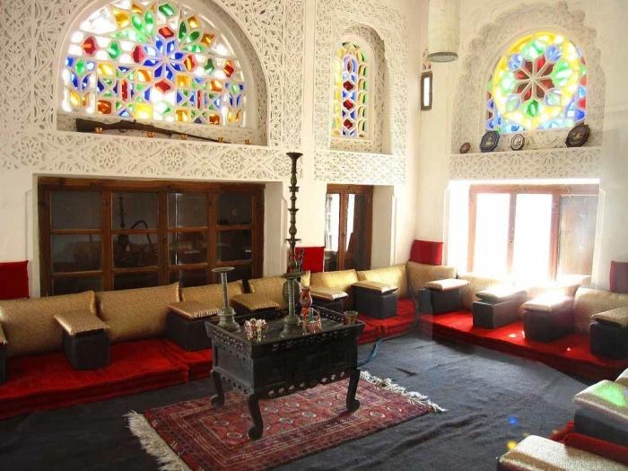 Одна из диванных комнат в замке на вершине скалы в долине Вади Дахр («Dar al-Hajar», Йемен). | Фото: twitter.com/ © teammetria.