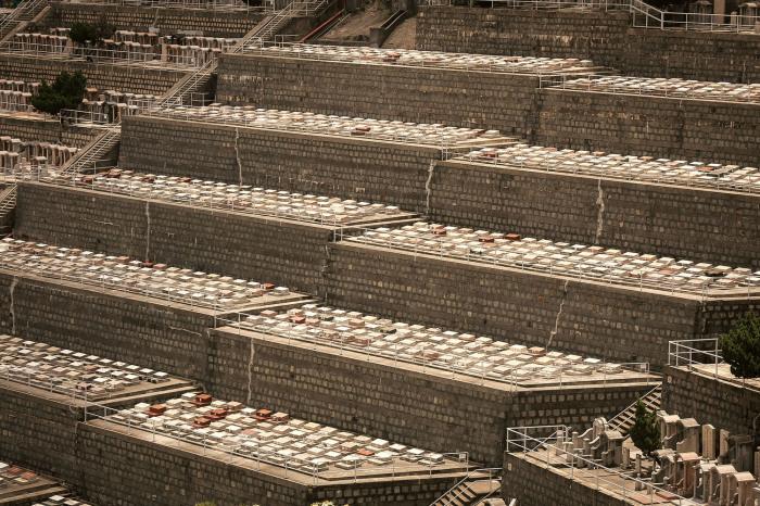 Современное частное кладбище в Гонконге. | Фото: insider.com/ Finbarr Fallon.