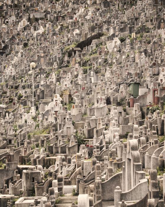 Место на общественном кладбище в Гонконге люди ждут годами и не всегда его получают. | Фото: insider.com/ Finbarr Fallon.