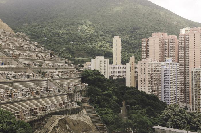 Квартиры в домах, расположенных рядом с кладбищем намного дешевле можно купить, ведь китайцы очень суеверный народ (Гонконг). | Фото: archdaily.com/ Finbarr Fallon.